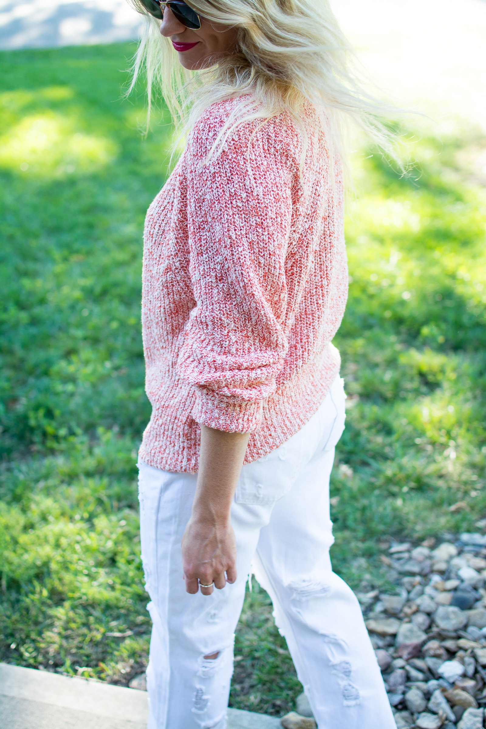Summer Sweater with White Boyfriend Denim. | Ashley from Le Stylo Rouge